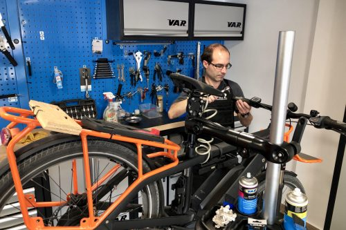 Oficina de bicicletas com serviços de manutenção, revisão e reparação